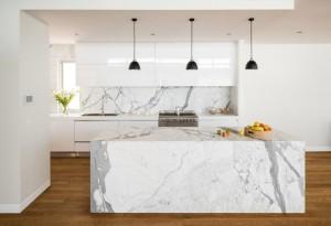 plan-de-travail-marbre-dosseret-lampe-design-armoire-rangement-lavabo[1]